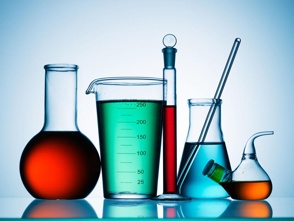 ما هي مجالات العمل المتاحة للكيميائيين؟